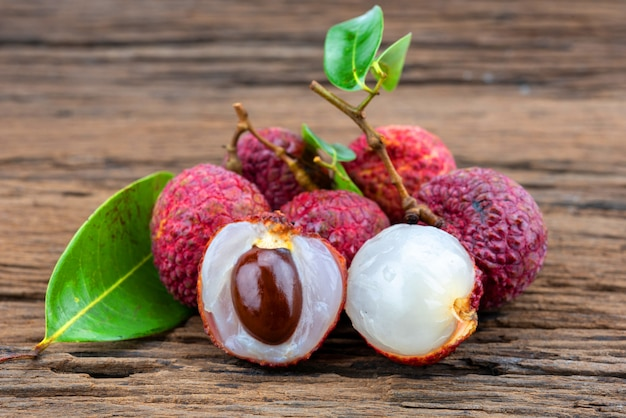 Fruta de lichi sobre fondo de madera Foto Premium