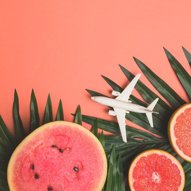 Fruta madura y avión de juguete. Foto gratis