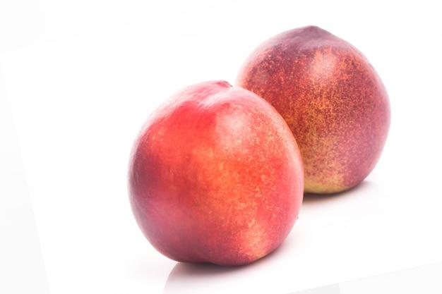 Fruta de melocotón madura aislado en recorte de fondo blanco Foto gratis