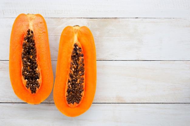 Fruta de la papaya en el escritorio de madera blanco con el espacio de la copia, visión superior. Foto Premium