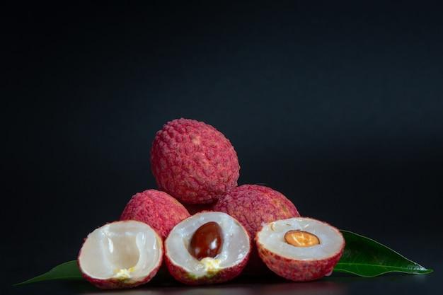 Fruta roja del lichi colocada en una cesta. Foto gratis