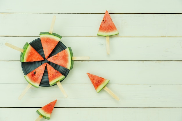 Fruta de la tabla superior vista tropical con bebida con vacaciones de verano primavera y concepto de fondo de vacaciones Foto Premium