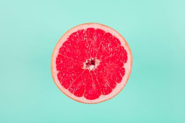 Frutas cítricas de pomelo sobre fondo pastel Foto gratis