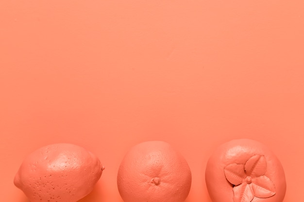 Frutas De Color Rojo Sobre Fondo Naranja