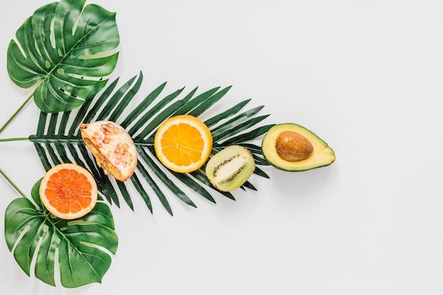 Frutas en la composición de las hojas Foto gratis