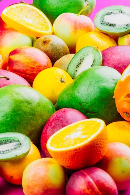 Frutas enteras y rebanadas mixtas Foto gratis