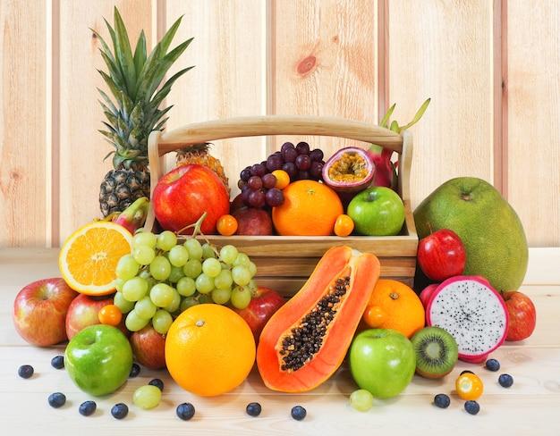 Frutas frescas aisladas sobre fondo blanco. Foto Premium