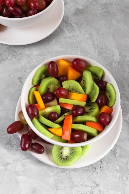 Frutas frescas en ensalada sobre el fondo gris Foto Premium