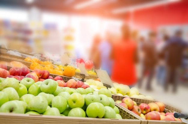 Frutas frescas en estante en supermercado. enfoque seleccionado Foto Premium