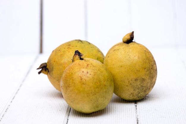 Frutas de guayaba frescas en un fondo blanco. Foto Premium