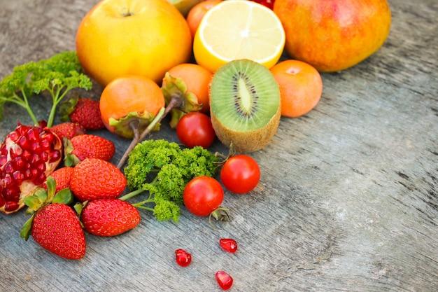 Frutas, hortalizas sobre madera. Foto Premium