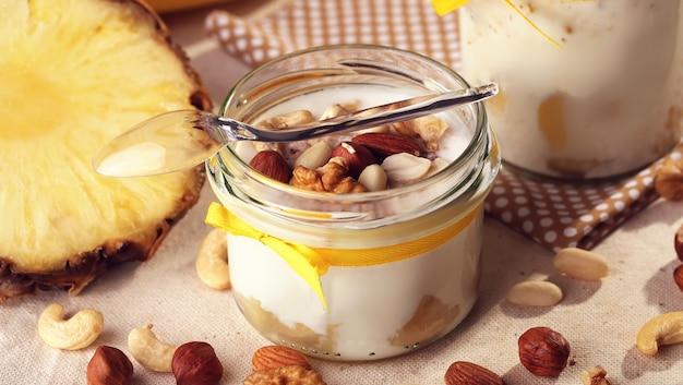 Frutas de verano antioxidantes caseras, yogurt de leche natural Foto Premium