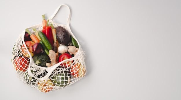 Frutas y verduras orgánicas frescas en bolsa textil de malla Foto Premium