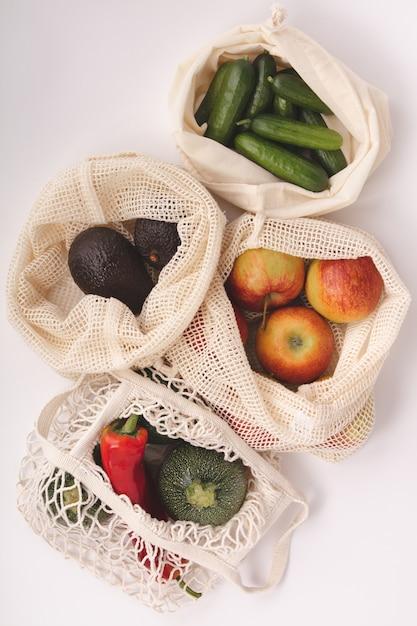 Frutas y verduras orgánicas frescas en bolsas ecológicas de algodón. Foto Premium