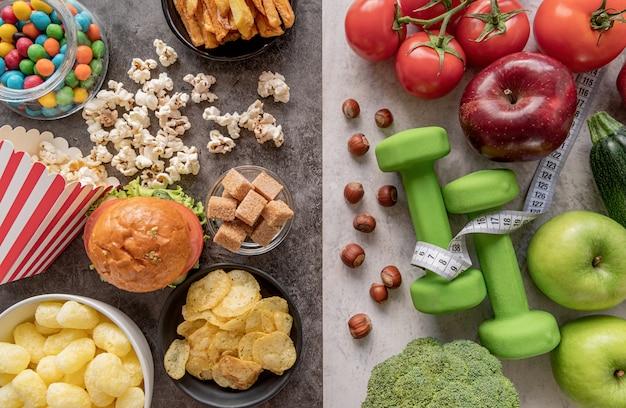 Frutas y verduras vs dulces y papas fritas vista superior endecha plana |  Foto Premium
