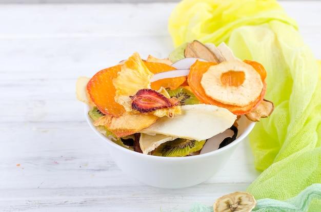 Frutos secos en placa en madera blanca Foto Premium