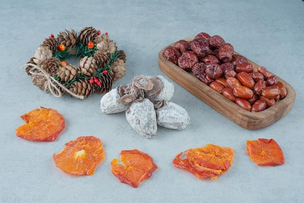 Frutos secos saludables con corona de navidad. foto de alta calidad Foto gratis