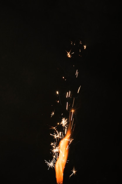 Fuego con chispas sobre fondo negro Foto gratis