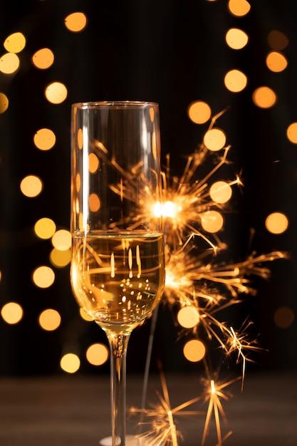 Fuegos artificiales y champaña en la noche de año nuevo Foto gratis