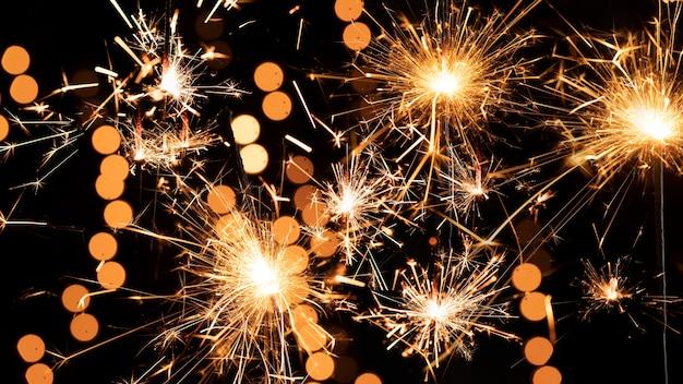 Fuegos artificiales en el cielo en la noche de año nuevo Foto gratis