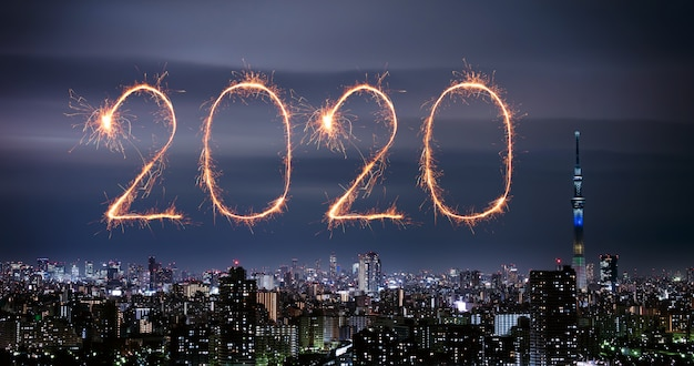 Fuegos artificiales de feliz año nuevo 2020 sobre el paisaje urbano de tokio en la noche, japón Foto Premium