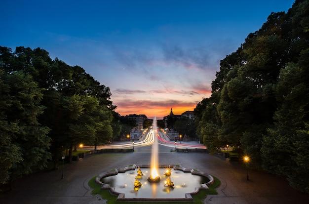 Fuente en friedensengel, donde se encuentra el famoso monumento de los soles. Foto Premium