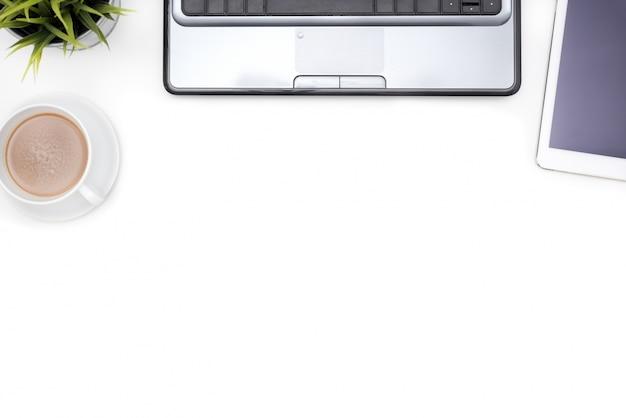 Fuentes de oficina con el cuaderno de la computadora en el escritorio blanco Foto Gratis