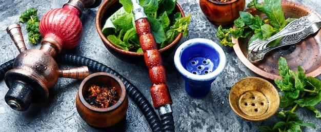 Este fumar narguile con sabor a menta. shisha tabaco tabaco. shisha narguile con menta verde. Foto Premium