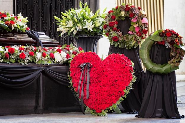 Funeral, bellamente decorado con arreglos florales, ataúd, primer plano Foto Premium