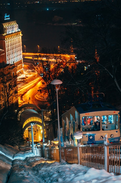 Funicular en kiev en la noche Foto gratis