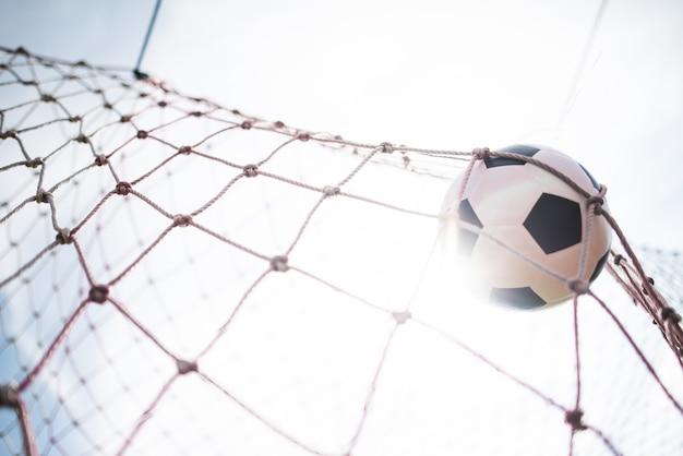 El fútbol en el concepto de éxito meta Foto gratis