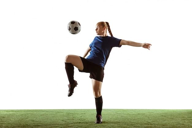 Fútbol femenino, jugador de fútbol pateando la pelota, entrenamiento en acción y movimiento aislado sobre fondo blanco. | Foto Gratis