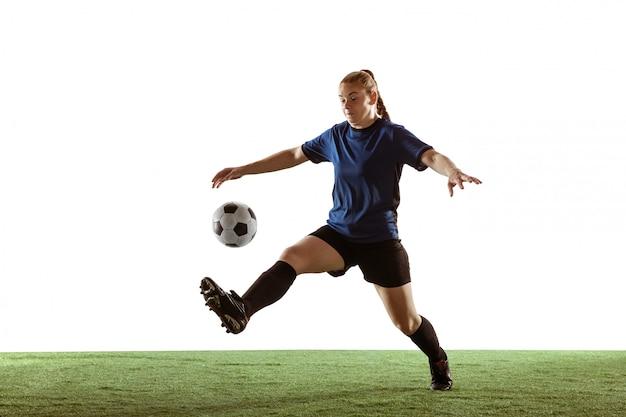 Fútbol femenino, jugador de fútbol pateando la pelota, entrenamiento en acción y movimiento aislado sobre fondo blanco. Foto gratis