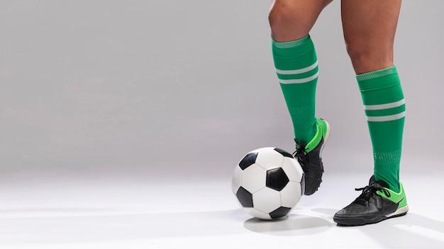 Fútbol jugando con balón de fútbol Foto gratis