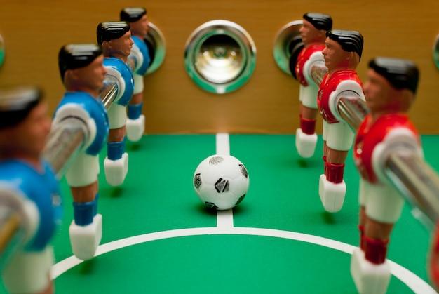 Futbolistas de mesa, primer plano con la pelota. Foto Premium