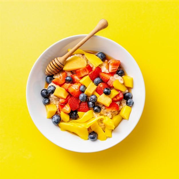 Gachas caseras servidas con frutas y bayas Foto gratis