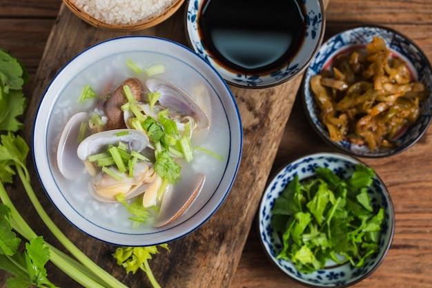 Gachas nutritivas y deliciosas de mariscos, gachas de arroz con gambas y vieiras Foto Premium
