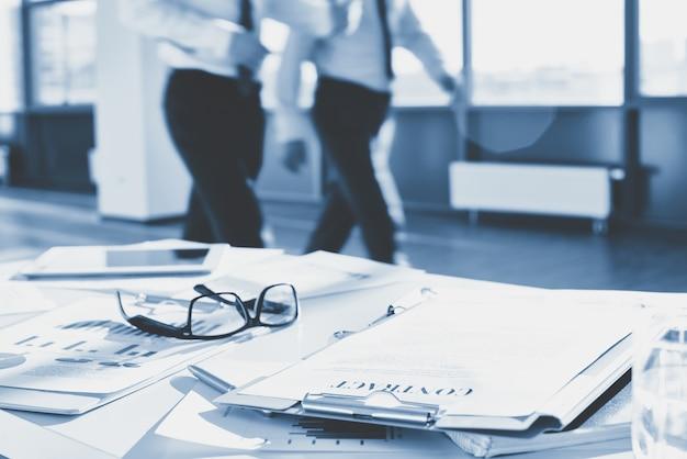 Gafas en un escritorio de oficina con papeles Foto gratis
