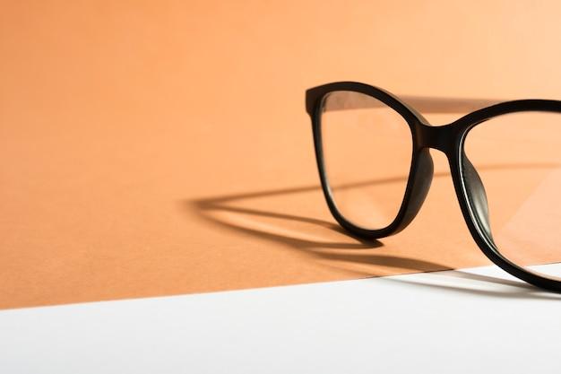 Gafas de montura retro de primer plano con sombra Foto Premium