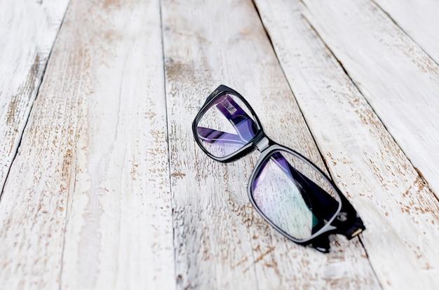 Gafas negras sobre fondo de madera Foto Premium
