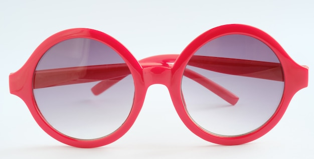 Gafas rojas sobre fondo blanco, objeto cerca Foto Premium