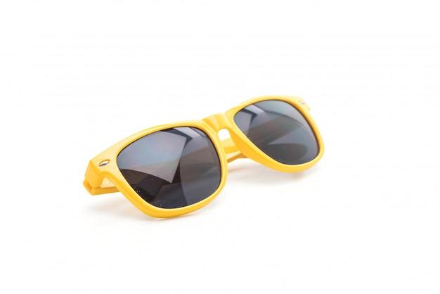 Gafas de sol amarillas sobre fondo blanco  aa2a50695feb