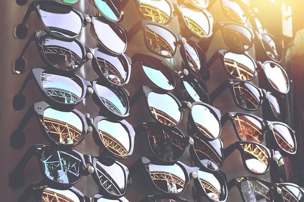 00e5ab2896 Gafas de sol baratas en el mercado local de domingo en tailandia |  Descargar Fotos premium