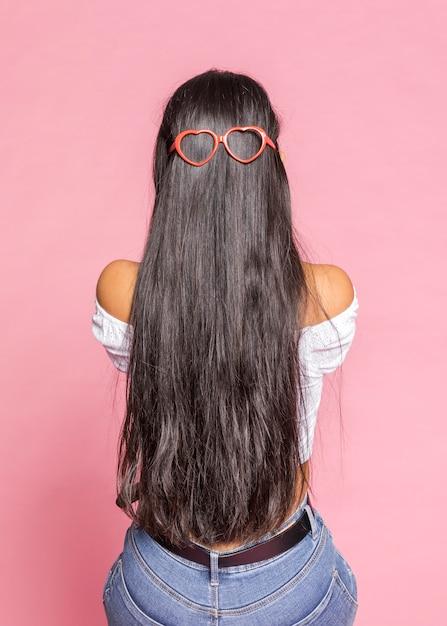 Gafas de sol con forma de corazón y cabello largo Foto gratis