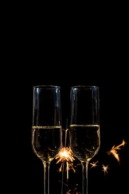 Gafas de vista frontal con champagne en la fiesta Foto gratis