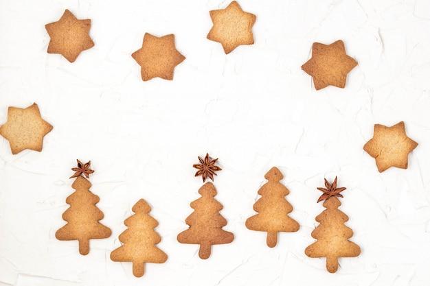 Las galletas del árbol de navidad protagonizan los primeros en el fondo blanco con el copyspace. Foto Premium