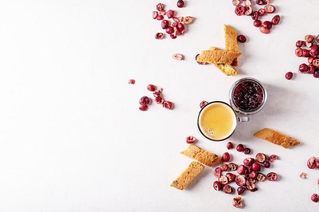 Galletas cantucci y café Foto Premium