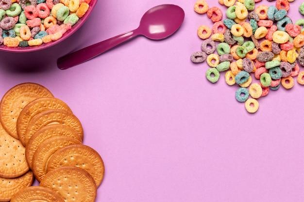 Galletas y cereales con copia espacio de fondo Foto gratis