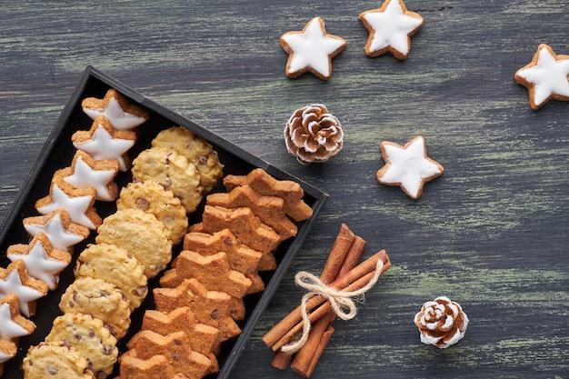 Galletas de chispas de chocolate navideñas, planas con especias Foto Premium