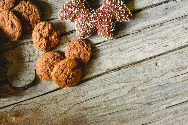 Galletas con chispas de chocolate y otros dulces para niños de vacaciones. Foto Premium